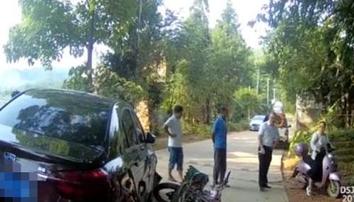 摩托车被小轿车撞飞,江西交警说摩托车负全责