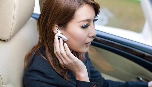郑州开车用耳机打电话算违章吗?