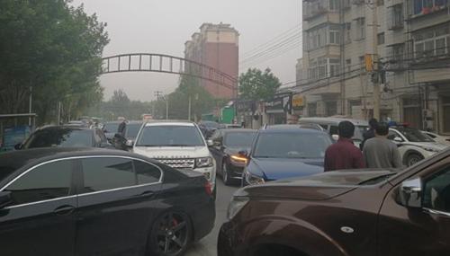 用路虎挡车库入口致道路拥堵两小时 男子被北京房山警方行拘