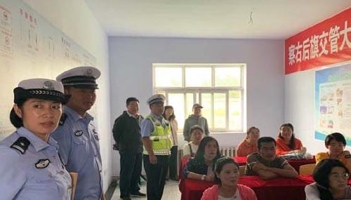 """内蒙古自治区交警与驾校教练员、学员们共同开展了""""文明交通进驾校""""主题宣传活动"""