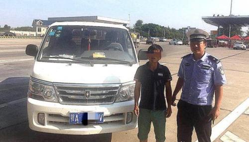 核载6人面包车塞进21人  武汉司机跟交警说:我给你们钱
