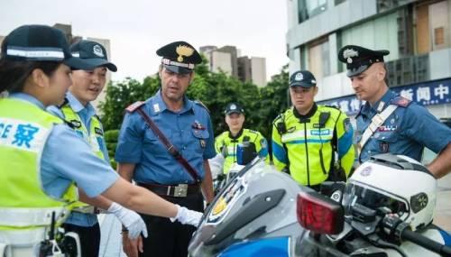 中意警察联合开展重庆城市交通管理巡逻