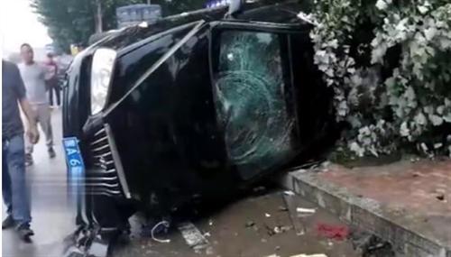 黑龙江省哈尔滨市道外区发生一起严重车祸,事故原因交警正在调查